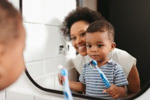 Dificuldades para criança escovar os dentes? Veja como incentivar