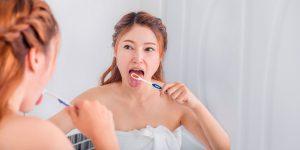 Você sabe como escovar a língua? Descubra a importância desta atividade