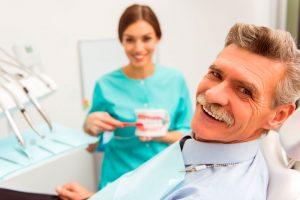 Como limpar dentadura? Confira um passo a passo completo